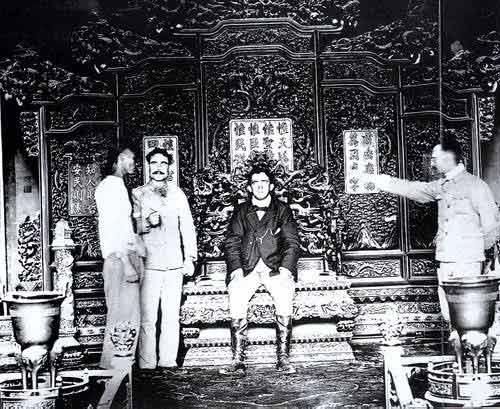 ... 宫。这位先生在乾清宫的龙椅上,过了片刻皇帝瘾